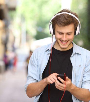 Civiltà sonora, l'abbiamo sostituita con l'inciviltà sonora. Dal clacson ai video guardati a tutto volume. Fino alla musica in cuffia, a un'intensità assordante