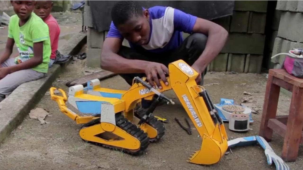 giocattoli con i rifiuti elettrici