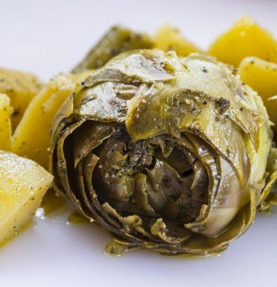 Insalata di carciofi e patate, la ricetta per la cena con gli amici. Potete servirla anche tiepida