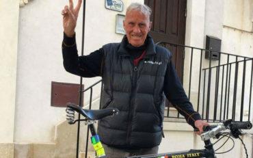 anziano che gira il mondo in bici