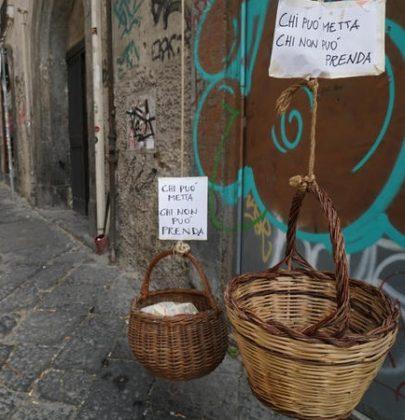 Spesa sospesa, la mappa completa in Italia. Dai tavolini solidali per strada al cestino dal balcone