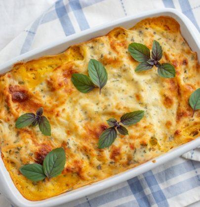 Lasagne di patate: la ricetta vegetariana con la cipolla, il rosmarino e i pomodori pelati