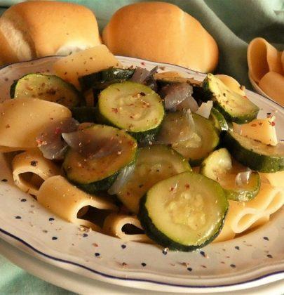 Calamarata con zucchine: la ricetta semplice e veloce da preparare, con la cipolla di Tropea