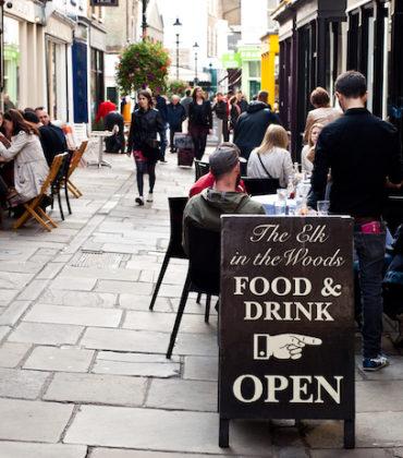 Coronavirus, in Gran Bretagna lo Stato paga metà del conto al ristorante