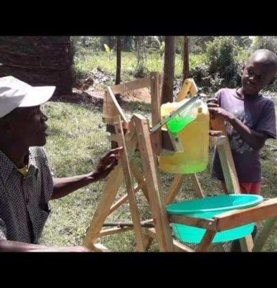 Kenya: bambino di 9 anni inventa una macchina lavamani per proteggersi dal Covid-19