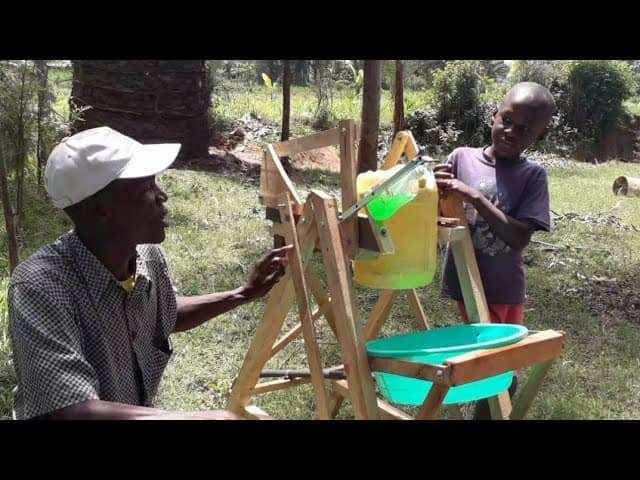 bambino keniano inventa una macchina lavamani