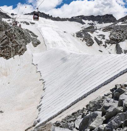 In Trentino, sul Presena, i teli geotessili che salvano il ghiaccio dalla fusione durante l'estate