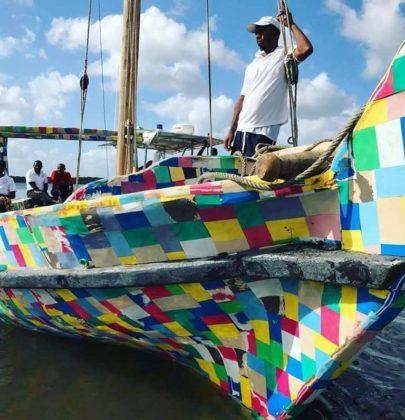 FlipFlopi Dhow: la barca variopinta fatta con le infradito, per ripulire il Kenya dalla plastica