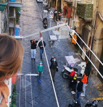 Napoli: la didattica è al balcone. Grazie a un maestro pieno di ironia e di inventiva