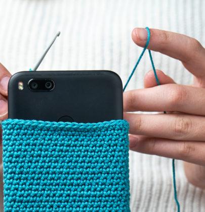 Custodia per il cellulare fai-da-te: con il cartone, gli smalti e gli avanzi di stoffa. Ma anche con i calzini